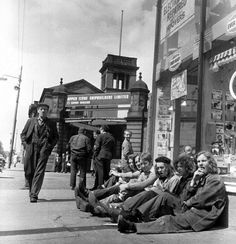 1971 Workers outside Upper Clyde Shipbuilders, Govan, Glasgow The Gorbals, Glasgow Scotland, Scotland Travel, Slums, Photo Postcards, City Life, Street Photography, Vintage Photography, Old Photos