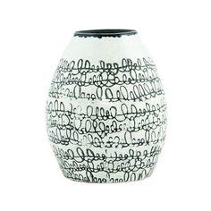 POTTEN EN VAZEN: Een witte keramiek vaas met zwarte sierlijke zwarte lijnen