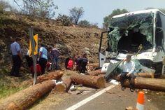 Datos recabados indican que el autobús de la línea Alegra que cubría la ruta Ciudad Hidalgo–Morelia, al llegar a la altura de la entrada al municipio de Charo chocó por ...