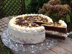 Ein saftiger Schokoladenboden, leicht zubereitet, mit Birnen belegt, einer Buttercreme und Eierlikör als Krönung, ein Hochgenuss.