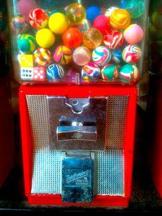 Le distributeur de balles rebondissantes ou de grosses boules de chewing-gum.