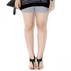 Today's Hot Pick :Houndstooth Basic Shorts 【BLUEPOPS】 http://fashionstylep.com/P0000YYF/ju021026/out Walk down the streets looking hella fine in these basic shorts. These sport a mid rise, button closure and zipper fly, basic four pockets, skinny fit, cuffed hem, and houndstooth pattern. Wear them with a plain tee and basic brogues. Available in Black and Sky Blue.