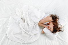 Homeplaza: Schlafprobleme? Das können Sie tun! Young And Beautiful, Beautiful Women, Christmas Illustration, Sleep, Female, Elegant, Bed, Illustrations, Woman