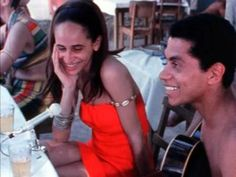 Em um quiosque na praia, Maria Bethânia e Paulinho da Viola conversam sobre os seus compromissos com a música de maneira descontraída.