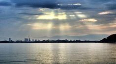 06 Sept. 6:53 博多湾のレンブラント光線です。  Rembrandt ray ( Morning Now at Hakata bay in Japan )