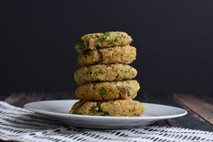 Simple vegetarian quinoa burgers with spinach. These burgers are low FODMAP and gluten-free. Good on a burger bun, but also just on the side. Lactose Free Recipes, Fodmap Recipes, My Recipes, Dinner Recipes, Vegetarian Recipes, Gluten Free, Lactose Free Cream, Low Fodmap Vegetables, Vegan Mince