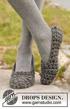"""easy slipper pattern using super bulky yarn - as a beginner, I didn't see a """"pattern"""" here, just a start and an end. The in-between you're supposed to figure out yourself. As someone who started a month ago, I just finished a pair and am happy with my results. If you have issues, I can try to help :))"""