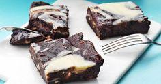 Imponera med en spännande variant på en klassisk chokladkaka. Extra lyxig brownie med vit choklad och färskost på toppen.