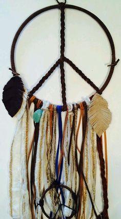 Peace Signs.. Hippie Love, Hippie Art, Hippie Bohemian, Diy Arts And Crafts, Diy Crafts, Bohemian Crafts, Hippy Chic, Arm Knitting, Suncatchers