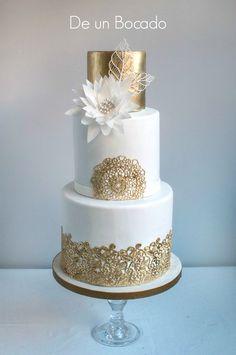Tarta de boda oro y blanca con encajes de azúcar y flor de papel de arroz /white and gold wedding cake with sugar veil and wafer paper flower