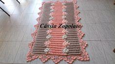 Vc que procura um tapete delicado.... Feito em barbante e aplicações de flores em linha Medida 1,35  x74 #croche  #artesanto   #decoração  #tapete