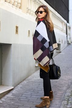 Hace una días os hablaba en el post de inspiración Poncho Style del furor de estas prendas. Y si...