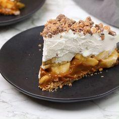 Banoffee Pie -Epic Banoffee Pie - Best No Bake Banoffee Pie Recipe. Super easy, ready in Banoffee Pie, How to Make Banoffee Pie, Recipe with Condensed Milk, Cake Recipes Sweet Desserts, No Bake Desserts, Just Desserts, Delicious Desserts, Yummy Food, Vegan Banoffee Pie, Banoffee Recipe, Pie Recipes, Fancy Desserts