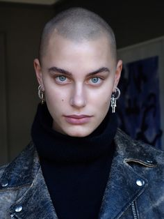 She definitely doesn't need hair with eyes like those. Pretty People, Beautiful People, Photographie Portrait Inspiration, Bald Girl, Bald Women, Pinterest Hair, Grunge Hair, Woman Face, Girl Face