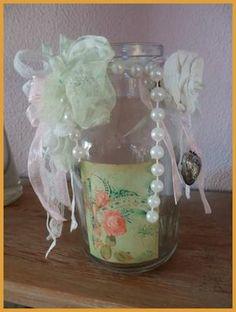 Shabby Decoratieve glazen fles. Hoogte 15 cm. Doorsnede bodem 7,5 cm en doorsnede opening is 4 cm. Ok Leuk! om bloemetjes in te zetten. € 4,00 Check onze website of dit product nog verkrijgbaar is.