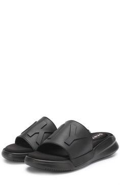 Еще буквально несколько лет назад шлепанцы считались обувью исключительно для пляжа или бассейна. Сегодня можно найти множество вариантов из кожи и замши, в которых не стыдно выйти в город.