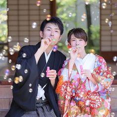 袴と色打掛で日本庭園を望みながら和風フォト☆赤いお着物が白いお肌に映えています! おふたりでシャボン玉をしているようですが、実は周りで両家ご両親さまが一生懸命シャボン玉を作ってくださったそう。前撮りの間、ずっと見守ってくださったご両親さまは演出にも一役かっていらっしゃいます♪