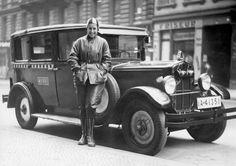 Weibliche Taxifahrerin in Berlin mit typischen Streifenmuster auf dem Taxi. Berlin, 1931. o.p.