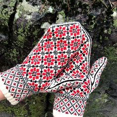 Ravelry: Russian Flower Mittens pattern by Kristen McLaren Knitted Mittens Pattern, Knit Mittens, Knitted Gloves, Fair Isle Knitting, Knitting Yarn, Hand Knitting, Knitting Charts, Knitting Patterns, Hat Patterns