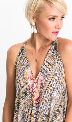 9182b2d7af Das Kleid mit V-Ausschnitt und trendigem asymmetrischen Saum ist die  perfekte Lösung für warme