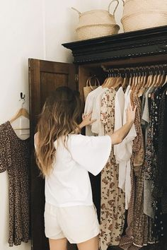How to Build a Capsule Wardrobe That Will Last a Lifetime Ever wanted to build a capsule wardrobe? Then you'll need this excellent advice before getting started. Here's how to create a capsule closet forever. Capsule Wardrobe, Wardrobe Sets, Work Wardrobe, Michael Johnson, Vaping, Internet Best Friends, Fast Fashion, Fashion Tips, Women's Fashion