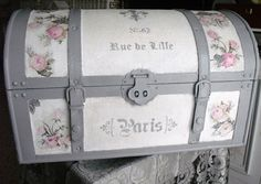 Un baul ligeramente cambiado                                                                                                                                                                                 Más Paint Furniture, Furniture Makeover, Vintage Trunks, Creative Box, Decoupage Box, Vintage Suitcases, Painted Chairs, Wedding Boxes, Diy Box