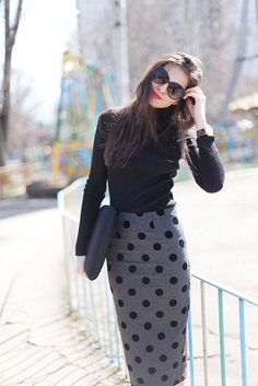 Working Outfit for the Fall. Turtleneck Jersey Top with Polka Dot Pencil Skirt in black and Grey. Great to be combined with Shoes in a dark red.