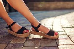 Sandals are comfortable shoes that let you have fresh feet in hot weather. However, although the openings help ventilate your feet, the heat can also Tory Burch Sandalen, Trendy Sandals, Black Sandals, Cool Haircuts, Buy Shoes, Summer Shoes, Spring Sandals, Wearing Black, Comfortable Shoes