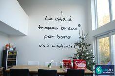Een grote geschilderde Italiaanse tekst in het salon
