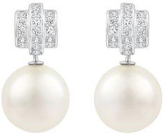 Éternelle, féminine et romantique. Cette fabuleuse paire de boucles d'oreilles plaquées rhodium scintille en pavé de cristaux clairs, rehaussées... Acheter