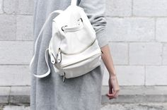 Uploaded by Vogue Première. Find images and videos about fashion, style and white on We Heart It - the app to get lost in what you love. Fashion Bags, Fashion Beauty, Womens Fashion, Net Fashion, Basic Style, Style Me, Capsule Wardrobe, Gold Backpacks, Leather Backpacks