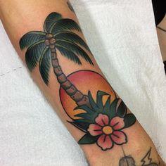Tatuagem criada por Rafael Ortega de São Paulo. Coqueiro, por do sol e flores em old school.