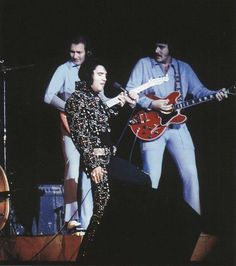 Elvis, James Burton, and John Wilkinson on November 1972 in Honolulu, Hawaii. King Elvis Presley, Elvis Presley Photos, James Burton, Down Suit, Elvis In Concert, Lisa Marie Presley, Famous Singers, Rhythm And Blues, Graceland