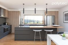 polytec - Doors in RAVINE Natural Oak. Drawers in MELAMINE Cinder Matt. - Modern kitchen with sophisticated colour pallete Kitchen Bar Counter, Rustic Kitchen Cabinets, Home Decor Kitchen, Country Kitchen, Home Kitchens, Kitchen Black, Black Laminate Countertops, Laminate Cabinets, Küchen Design