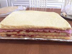 Liian hyvää: Mansikkamoussekakku 20:lle, 40:lle sekä 60 hengelle Vanilla Cake, Pancakes, Food And Drink, Breakfast, Desserts, Cupcake, Beanie, Strawberries, Morning Coffee