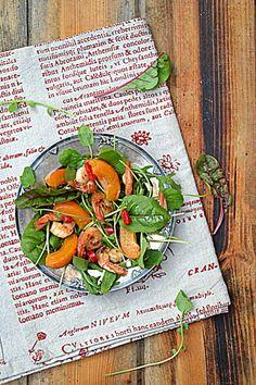 Krewetki i morele na liściach sałaty