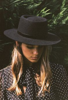 Lack of Color The Velveteen Boater The boater style has become one of most popular Lack of Color hats. Sophisticated yet playful, the boater can be worn in an i Look Fashion, Autumn Fashion, Womens Fashion, High Fashion, Fashion 2018, Cheap Fashion, Odette Et Lulu, Estilo Cowgirl, Vintage Inspiriert