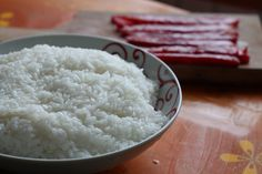 Si habéis probado sushi en alguna ocasión seguro que os habéis preguntado cómo se prepara. Hoy os queremos enseñar a preparar el arroz de sushi que es lo b