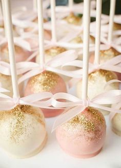 From glitzy gold to shinning silver, adding a little twinkle to your sweets is a sure way to have them standout. Take a look at our 10 favorite ways to add a little glamour to everyone's favorite course.
