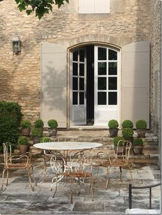 Gorgeous French Farmhouse with French courtyard. French Farmhouse Decor Inspiration Ideas will take you on a romantic tour of images capturing this charming decor style. French Farmhouse Decor, Farmhouse Interior, French Cottage, French Country House, French Decor, Farmhouse Garden, Farmhouse Design, Country Living, Outdoor Rooms