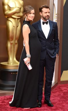 Olivia Wilde and her beau and her bump looking very chic and rightly smug #redcarpetbump #bumpychic