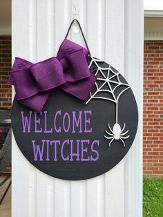 Halloween Outside, Halloween Home Decor, Halloween Signs, Halloween Crafts, Halloween Porch, Halloween Ideas, Welcome Signs Front Door, Halloween Door Hangers, Craft Sale