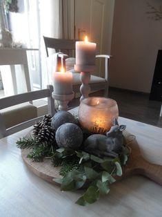 Een kerststuk anno nu.... Met hertje en piepschuimbollen,deze zijn bewerkt met muurvuller,verf en bloem...