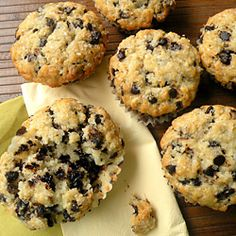 MM's Kitchen Bites: Chocolate Chip Muffins (with crunchy sugar topping) Yummy Treats, Delicious Desserts, Dessert Recipes, Yummy Food, Healthy Treats, Biscuits, Chocolate Chip Muffins, Cupcake Cakes, Cupcakes