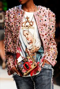 Take a look to Dolce & Gabbana Spring Summer 2017 Ready-To-Wearcollection: the fashion accessories and outfits seen on Milano runaways.