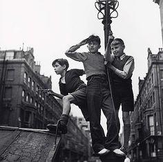 Edith Tudor-Hart - Boys in the Street, London, 1935 Edith Tudor-Hart - Fotografia History Of Photography, Vintage Photography, White Photography, Harlem Renaissance, London History, British History, Old Photos, Vintage Photos, Magic Realism