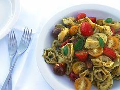 Snelle tortellini pastasalade met pesto en kerstomaatjes.