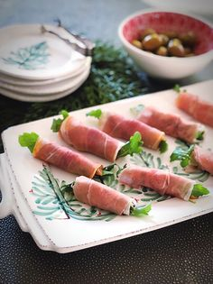 My Party Time Prosciutto is one delicious appetizer! I top prosciutto slices with Apple Cider Baked Pears + pecans + baby arugula + creamy blue cheese. Yummy Appetizers, Appetizers For Party, Appetizer Recipes, Asian Chicken Salads, Chicken And Vegetables, Baked Pears, Cook N, Appetisers, Pumpkin Recipes