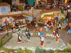 Les boulistes en pleine action, derrière eux on aperçoit l'auberge du village très animée et les contadines en train de danser