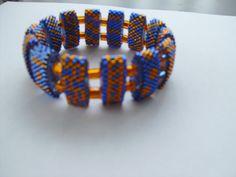 jetzt mal die ungewöhnlichen Farben Blau Orange die Zwischenperlen sind 4 mm Würfel in Orange